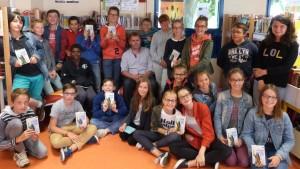 une classe avec l'auteur au centre